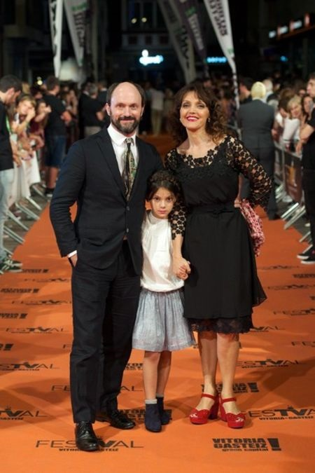 Dafne Keen with Will Keen and Maria Fernández Ache